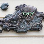 Plama farby, kobiety i seledynowe okulary
