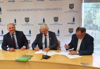 Dwie gminy i powiat z umowami