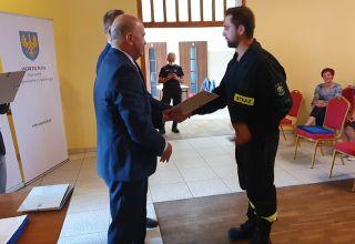 Strażacy z powiatu namysłowskiego z pakietami od marszałka